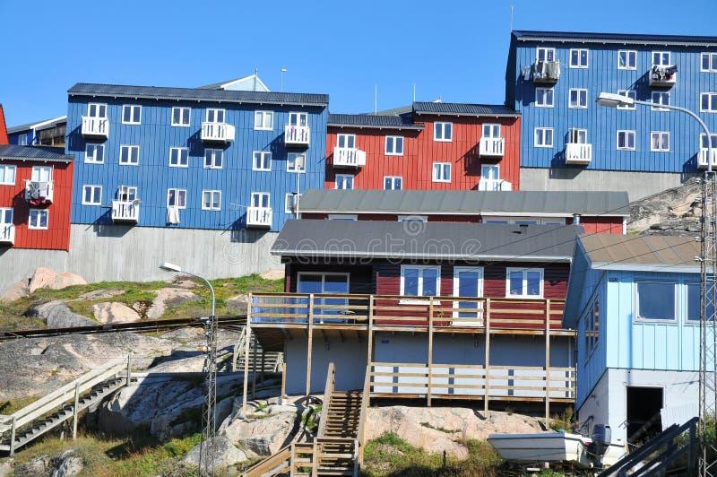 Casas coloridas, edificios en Qaqortoq, Groenlandia foto de archivo libre de regalías