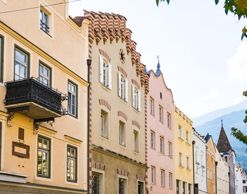 Casas coloridas em Bressanone Brixen, Itália imagens de stock