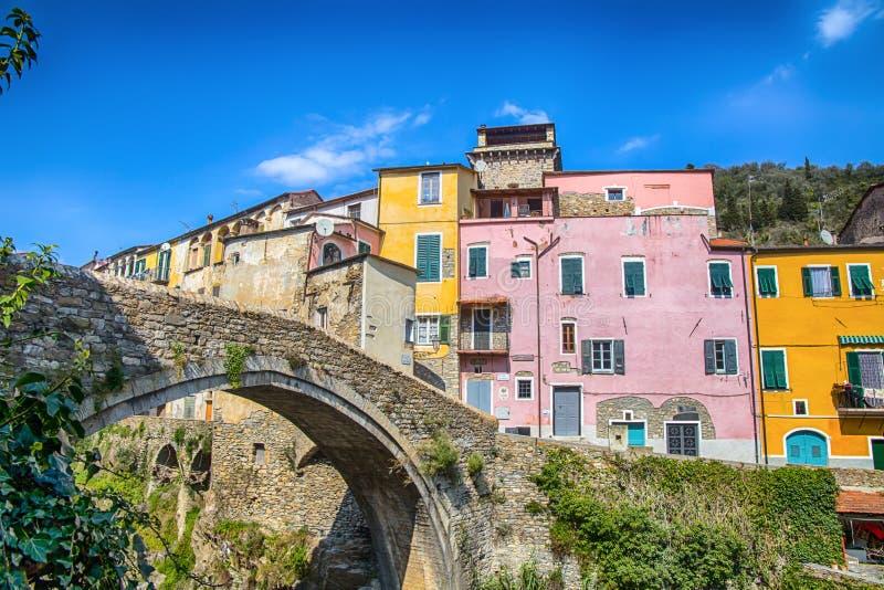 Casas coloridas em uma vila pequena com a ponte de pedra em Dolcedo, impérios, Liguria, Itália foto de stock royalty free