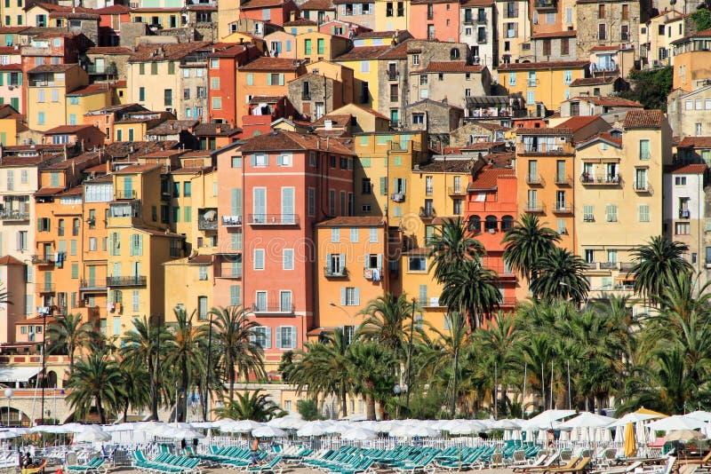 Casas coloridas en el pueblo de Provence de Menton en el Rivi francés foto de archivo