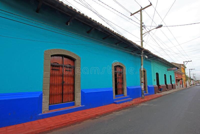 Casas coloridas en las calles de la ciudad colonial de León, Nicaragua imagenes de archivo