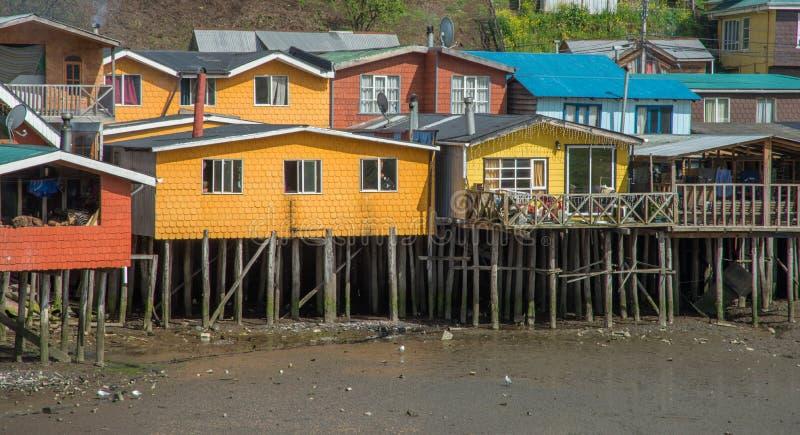 Casas coloridas en los zancos en Chile imagenes de archivo