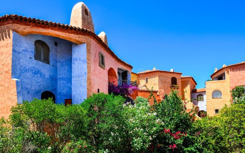 Casas coloridas hermosas con el jardín agradable en Cerdeña imagen de archivo