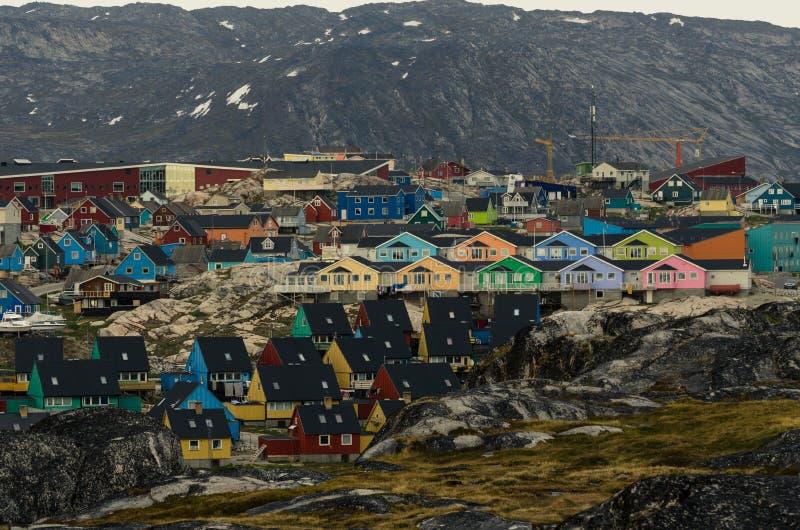 Casas coloridas na cidade Ilulissat, Gronelândia fotografia de stock royalty free