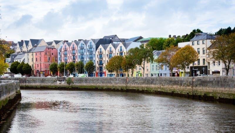 Casas coloridas na cortiça, Irlanda fotos de stock