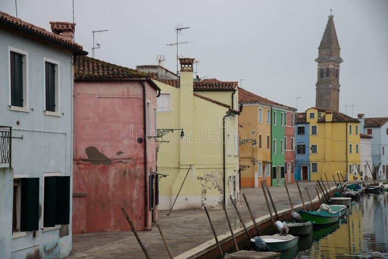 Casas coloridas na ilha de Burano perto de Veneza, Itália no canal da água com barcos fotografia de stock royalty free