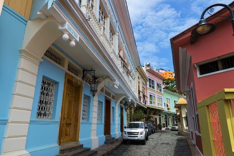 Casas coloridas na rua da vizinhança de Las Penas na cidade de Guayaquil em Equador, Ámérica do Sul imagem de stock royalty free