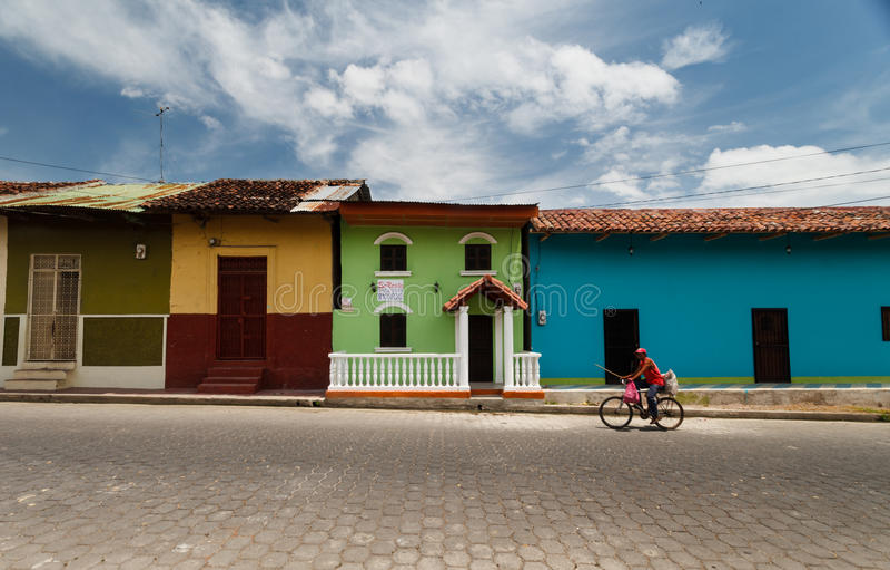 Casas coloridas na rua de Granada imagem de stock royalty free