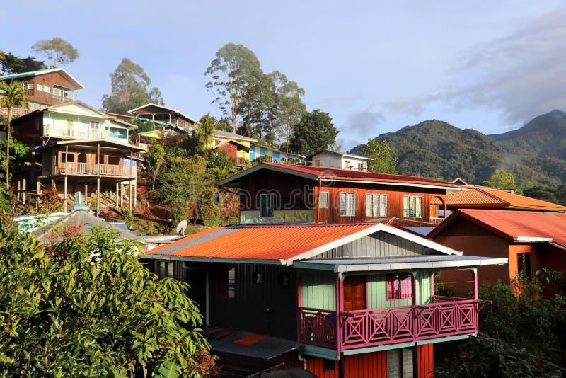 casas coloridas no nascer do sol no Monte Kinabalu - Bornéu Malásia Ásia fotos de stock