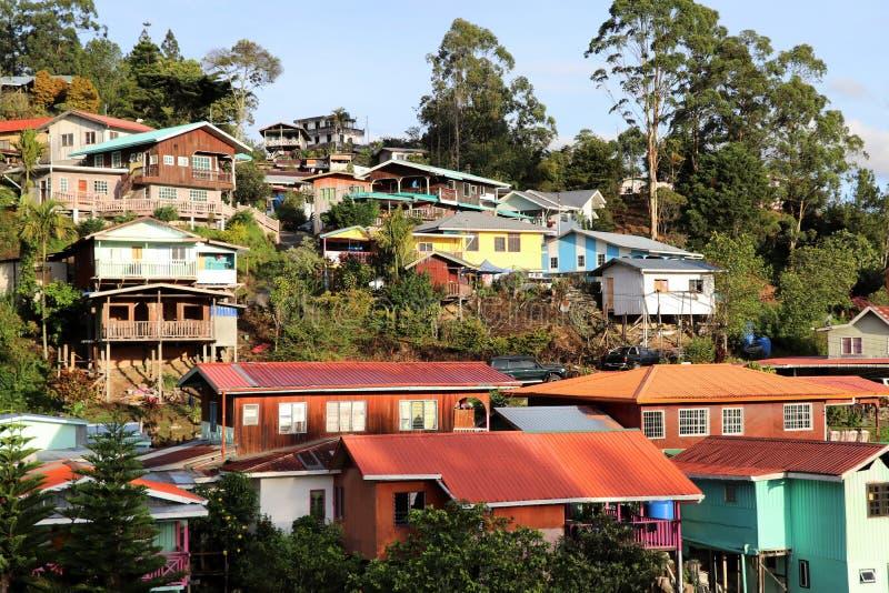 Casas coloridas no nascer do sol no Monte Kinabalu - Bornéu Malásia Ásia foto de stock royalty free