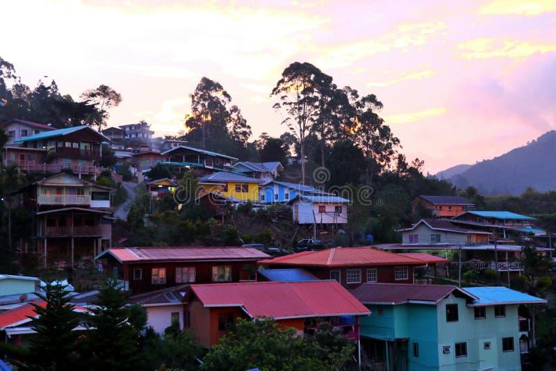 Casas coloridas no nascer do sol no Monte Kinabalu - Bornéu Malásia Ásia foto de stock