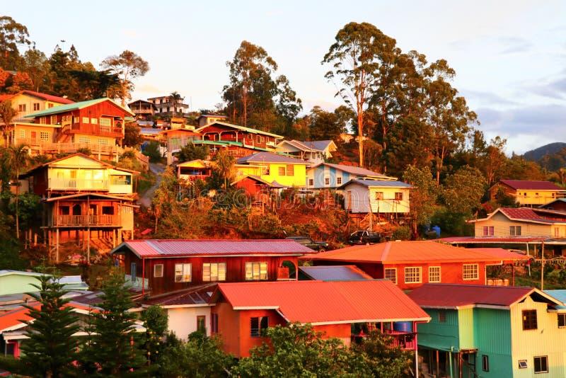 Casas coloridas no nascer do sol no Monte Kinabalu - Bornéu Malásia Ásia fotografia de stock