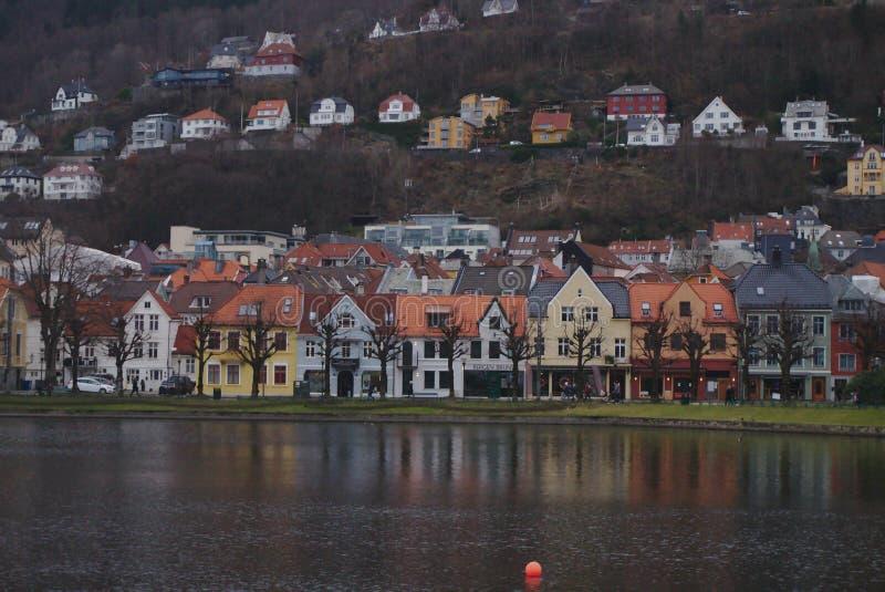 Casas coloridas que refletem na água imagens de stock royalty free