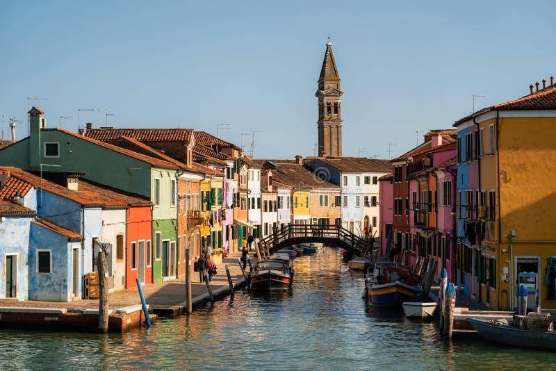 Casas coloridas que vigiam canais com barcos e posto de gasolina, Burano Veneza, Itália foto de stock royalty free