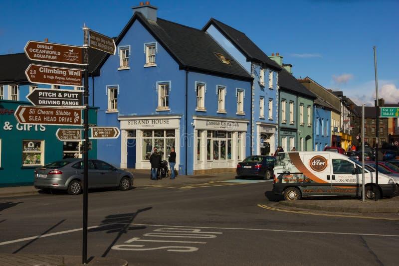 Casas coloridas Rua da costa dingle ireland imagens de stock