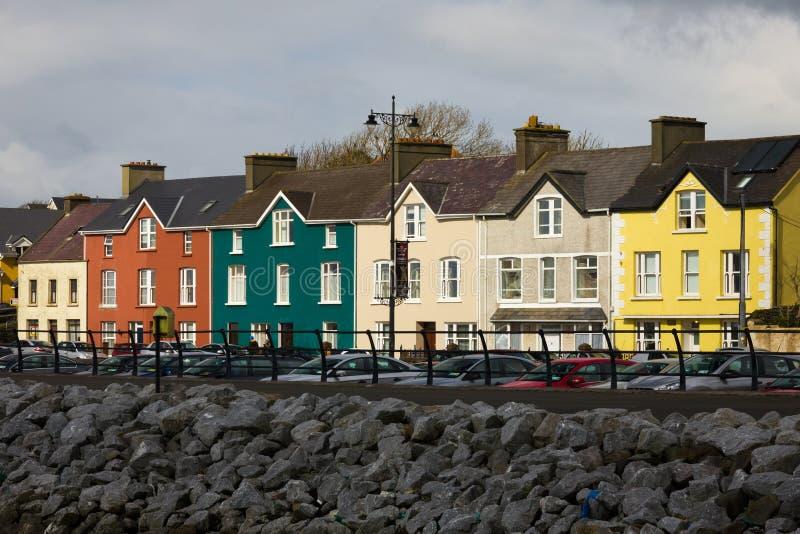 Casas coloridas Rua da costa dingle ireland fotografia de stock