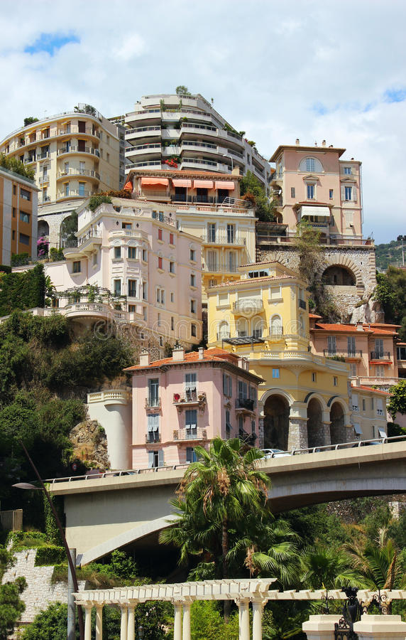 Casas coloridas sobre o vale Monte - Carlo, Mônaco imagem de stock royalty free