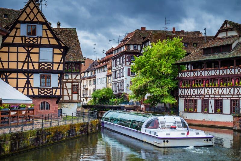 Casas coloridas tradicionais no La Petite France, Strasbourg, Als fotos de stock
