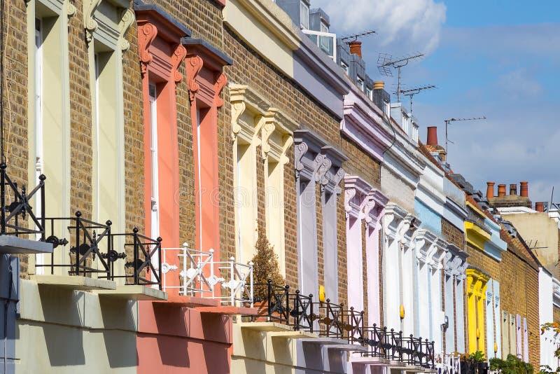 Casas coloridas tradicionales en el distrito de Camden Town - Londres, Reino Unido imagen de archivo