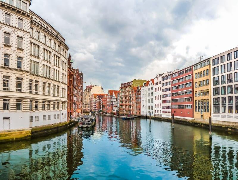 Casas coloridas y Nikolaifleet en el cuarto de Altstadt, Hamburgo, Alemania fotografía de archivo libre de regalías