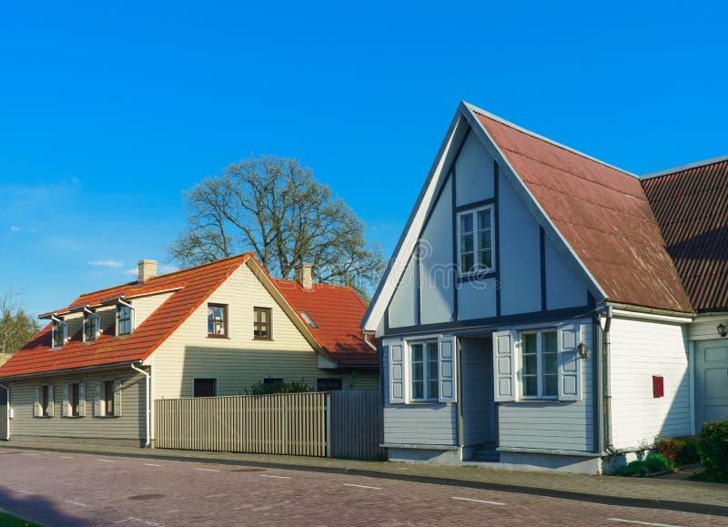 Casas com a cerca de madeira em Ventspils de Letónia imagens de stock royalty free