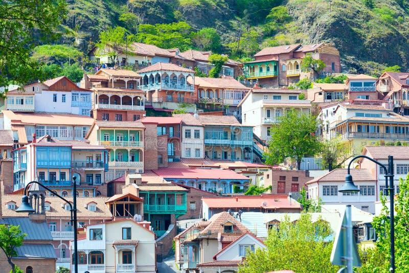 Casas com os balcões de cinzeladura de madeira tradicionais da cidade velha de Tbilisi, Republic of Georgia fotos de stock