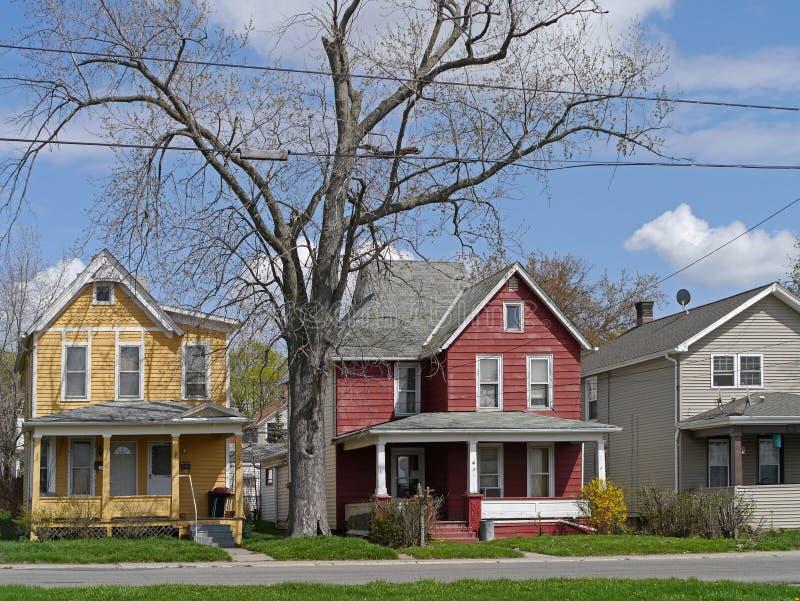 casas com tapume colorido foto de stock
