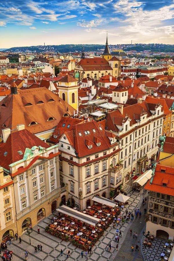 Casas con los tejados rojos tradicionales en Praga imagen de archivo libre de regalías