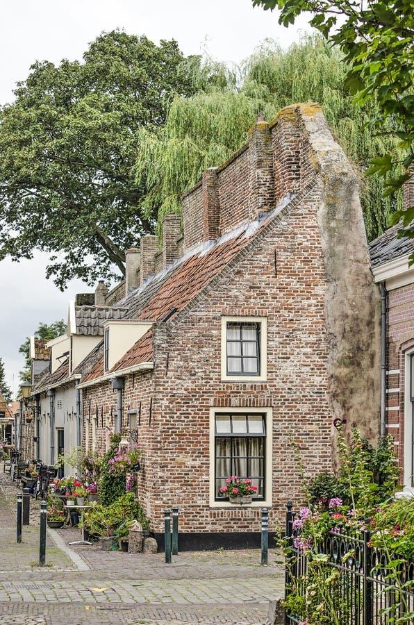 Casas construídas contra a parede foto de stock
