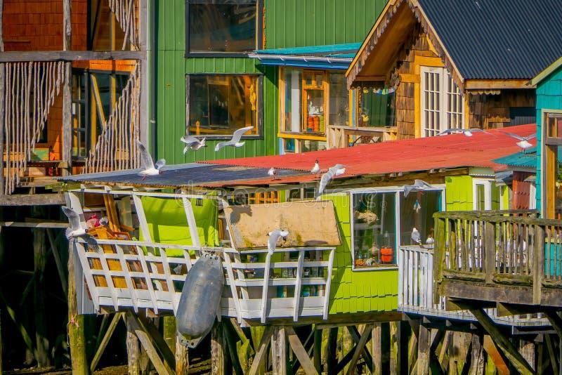 Casas coorful hermosas en palafitos de los zancos en Castro, isla de Chiloe imagen de archivo