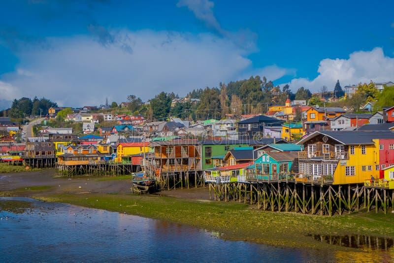 Casas coorful hermosas en palafitos de los zancos en Castro, isla de Chiloe foto de archivo