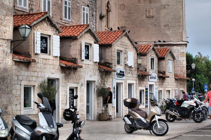 Casas croatas Pequeñas casas del vector Azoteas rojas imágenes de archivo libres de regalías