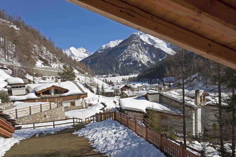 Casas cubiertas con nieve imágenes de archivo libres de regalías