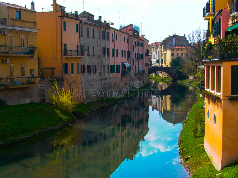Casas da Espanha de Girona na borda dos rios foto de stock royalty free