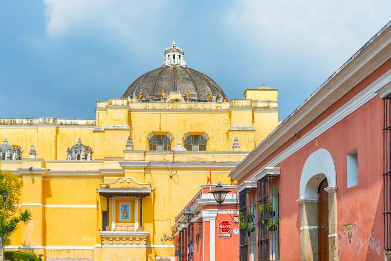 Casas da igreja e do colonial de Merced do La na opinião da rua do tha de Antig imagens de stock