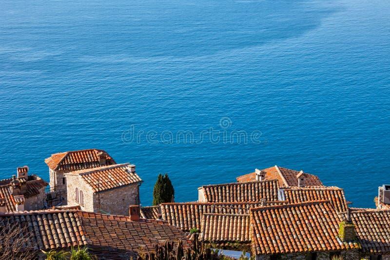 Casas da vila de Eze e Big Blue do mar Mediterrâneo foto de stock royalty free
