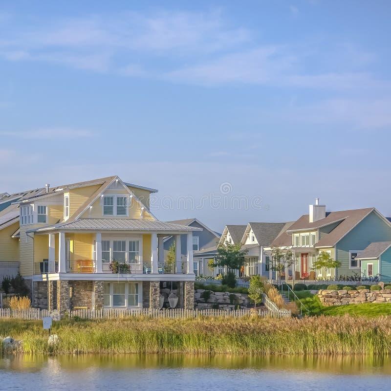 Casas das proximidades do lago ao longo do lago Oquirrh contra o céu imagem de stock royalty free