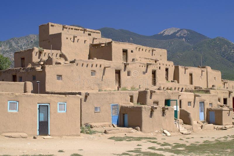 Casas de Adobe no povoado indígeno de Taos foto de stock