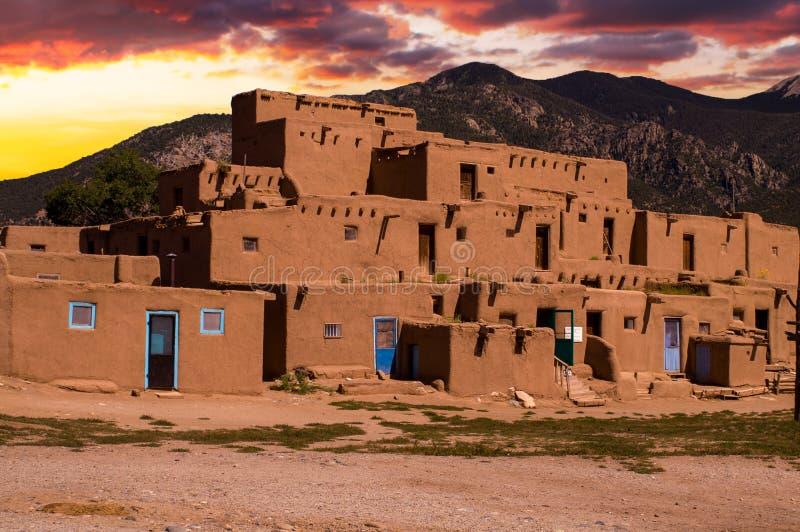 Casas de Adobe no povoado indígeno de Taos, New mexico, EUA imagem de stock