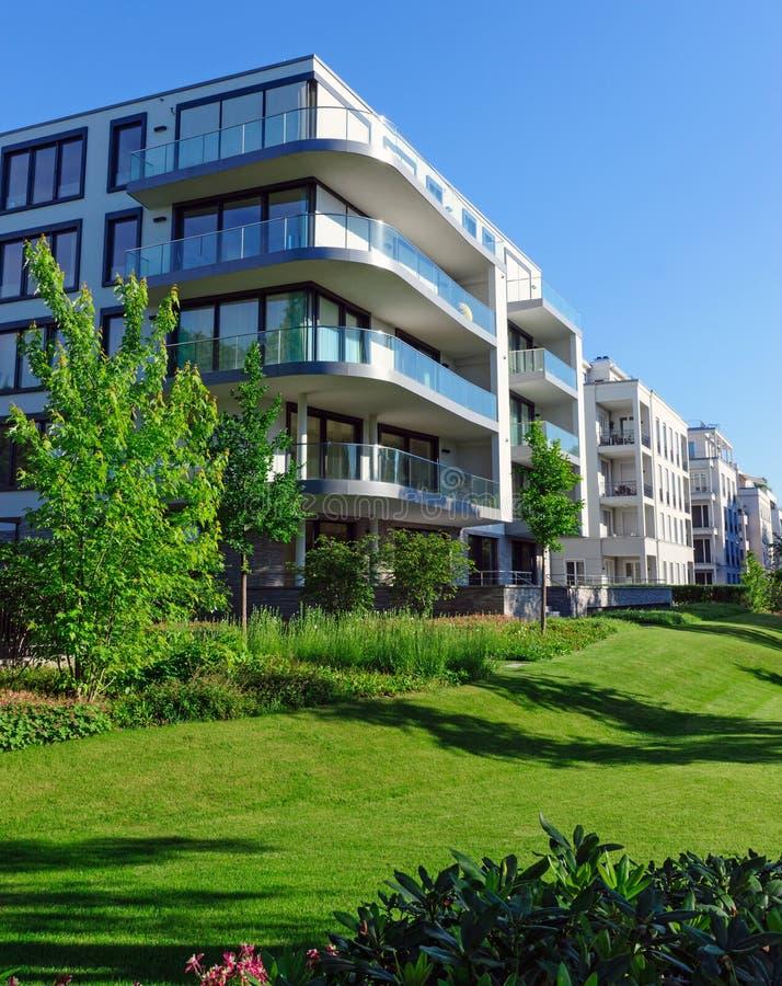 Casas de apartamento e grama verde imagem de stock royalty free
