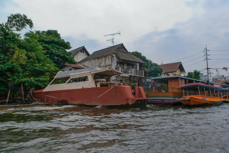 Casas de Banguecoque ao longo do canal do rio imagem de stock
