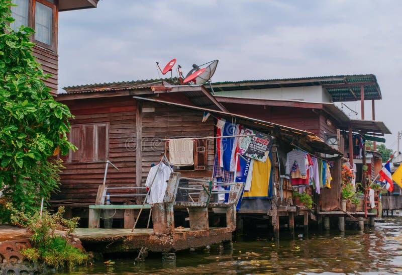 Casas de Banguecoque ao longo do canal do rio fotos de stock royalty free