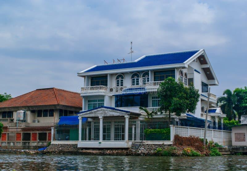 Casas de Banguecoque ao longo do canal do rio foto de stock