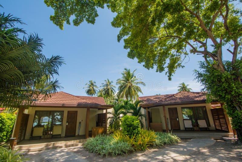 Casas de campo bonitas luxuosas na praia exótica situada no resort da ilha tropical imagens de stock royalty free
