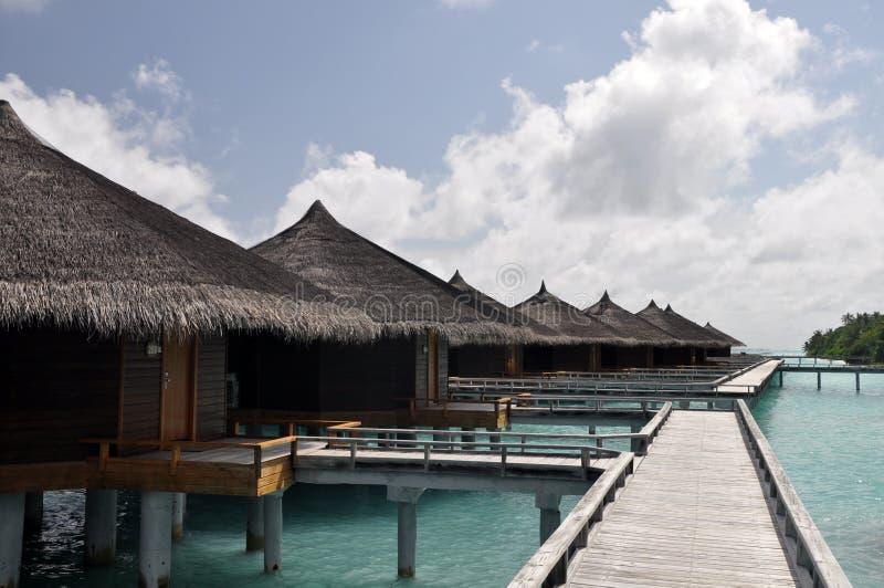 Casas de campo da água na ilha de Kuramathi, Maldivas foto de stock royalty free