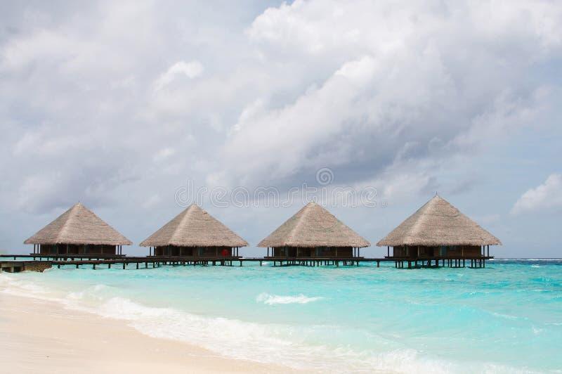 Casas de campo da água no oceano imagem de stock