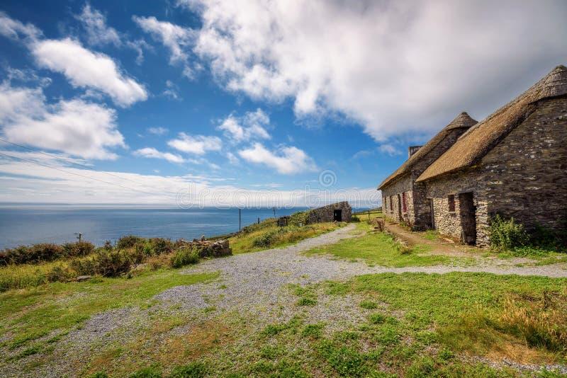 Casas de campo da fome da cabeça de Slea na Irlanda foto de stock