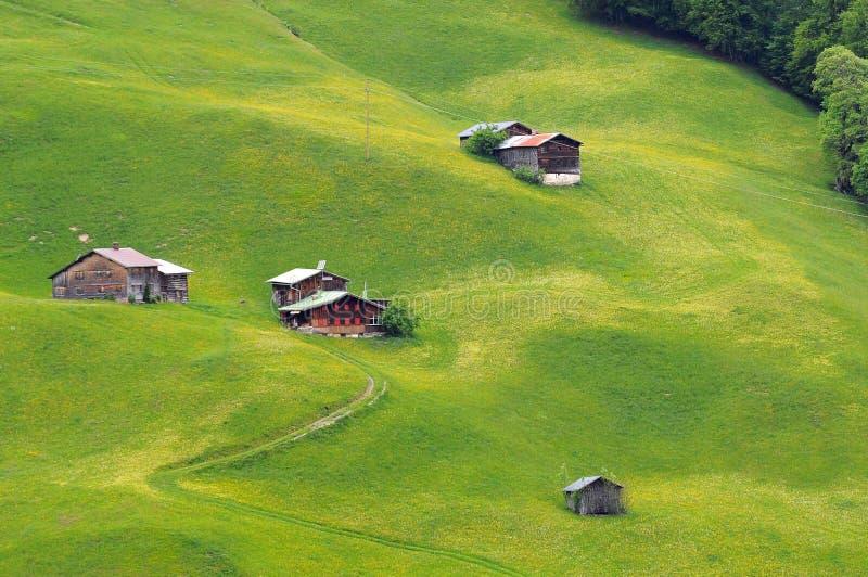 casas de campo da montanha nos cumes austríacos imagem de stock
