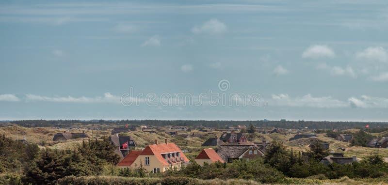 Casas de campo das casas de férias do feriado em Blaavand na costa de Mar do Norte em Demark fotografia de stock royalty free