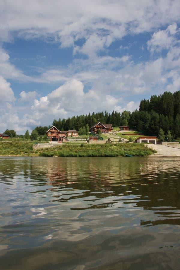 Casas de campo de madeira no rio Chusovaya imagens de stock royalty free